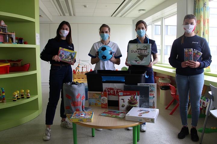 thumbnail-JOETZ vzw schenkt spelkoffer aan kinderafdeling Sint-Andriesziekenhuis Tielt