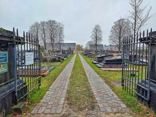 thumbnail-93 graven zonder concessie op begraafplaats Aarsele worden ontruimd