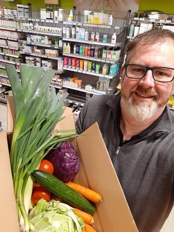 thumbnail-BioGuy geeft groenten aan de sociale kruidenier