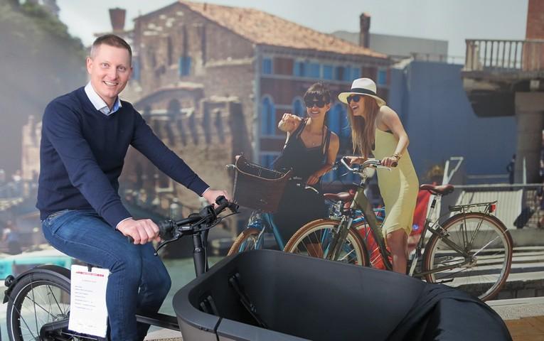 thumbnail-Hij leerde zijn volk (elektrisch) fietsen