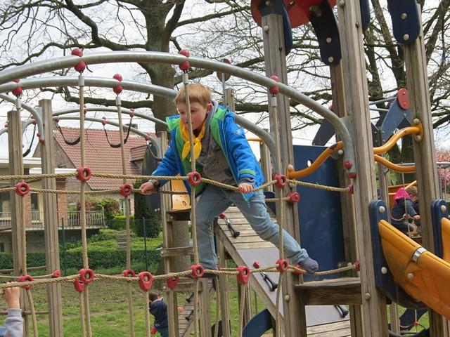 thumbnail-90 kinderen uit buurt Joris Lannoostraat mogen favoriet speeltoestel kiezen