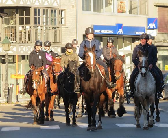 thumbnail-143 deelnemers aan Paardenzegening
