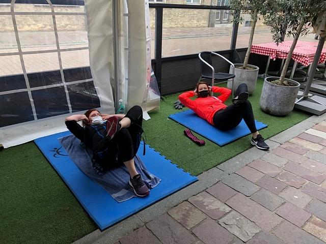 thumbnail-Klanten Body So Fit sporten op terras van eetcafé Carlito